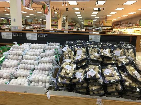 美國超市裏擺在一起出售的生薑和大蒜。新華社記者夏林 攝