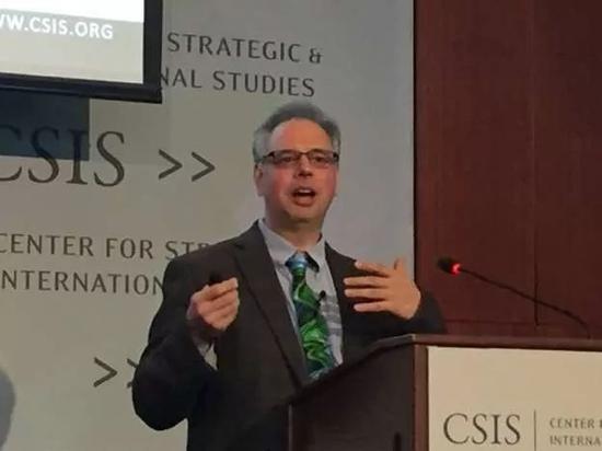 """鲍彤(Nathan Batto)在美国国际战略研究中心(CSIS)分析台湾选举民调与各政党竞选的基本轮廓 (图片来源:台湾""""中央社"""")"""