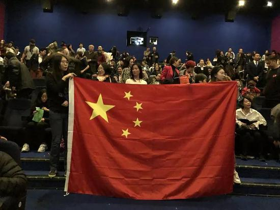 图为在电影院观看《我和我的祖国》的观众。新华社记者张代蕾摄