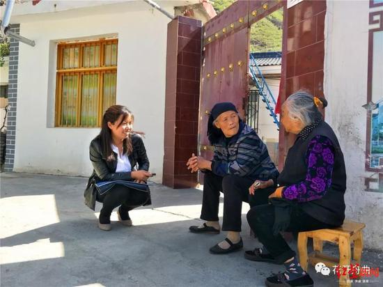 张小娟扶贫工作照 图据舟曲县人民政府官网