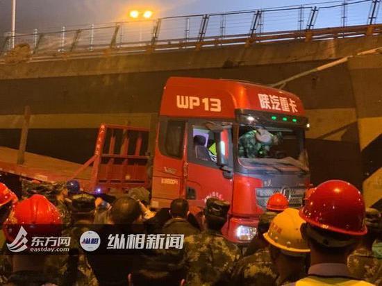 事发时行驶在桥面上的货车