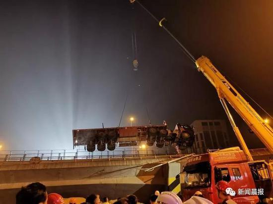 直击无锡跨桥侧翻:这一夜救援他们彻夜未眠