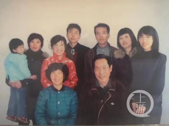 ▲田歉家的百口祸照片。左两是mm田茹,后排左2、左三是田歉伉俪。受访者供图