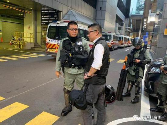 神人现金赌场 男子北京地铁里用扬声器听歌遭暴打 眼镜被打碎扎入眼球