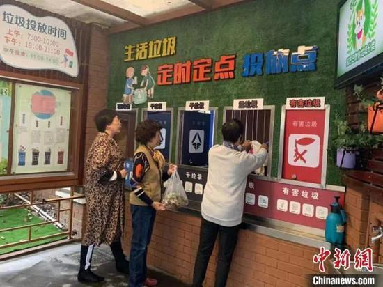 上海市中山公寓小区内居民在进行垃圾分类投放 张钰钗 供图 摄