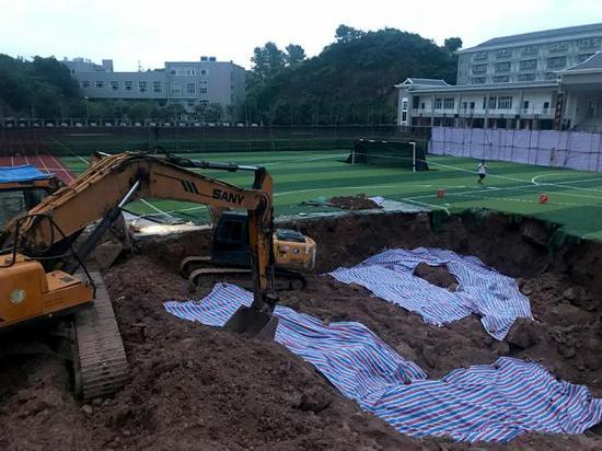 6月19日,在新晃一中操场的跑道上被挖出的深坑。澎湃新闻记者 蒋格伟 图
