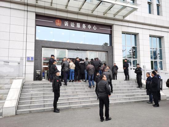 """12月17日,""""操场埋尸案""""的旁听人员陆续走入法庭。澎湃新闻记者 朱远祥 摄"""