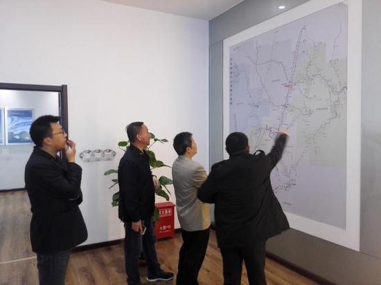 2017年,钟章队(右二)在沈阳铁路局调研 受访者供图