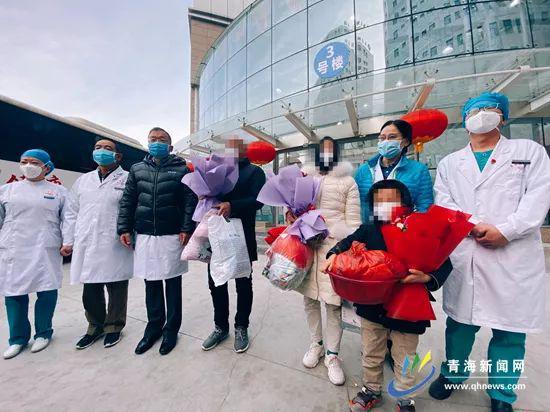圖爲2月5日上午青海省首批3名新型冠狀病毒肺炎患者(病例2、3、4)在省第四人民醫院治癒後出院。
