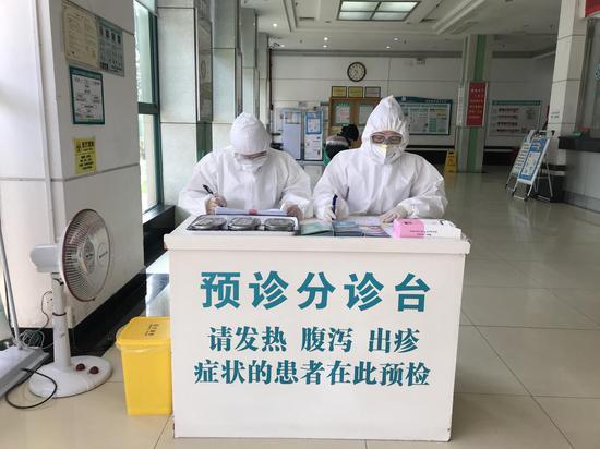 ↑百步亭社区卫生服务中心分诊台。