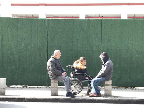 ↑百步亭社区晒太阳的老人。