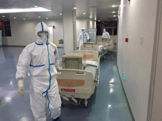 驻点武汉大学人民医院的80名中保华安保安帮忙医院转运病床中保华安供图