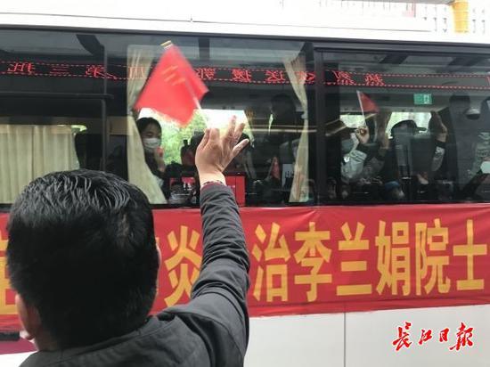"""""""一路安全啊!""""3月31日,武汉大学人民医院事情人员依依不舍送别李兰娟院士团队"""