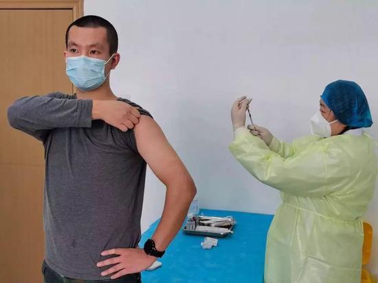 3月19日,009号自愿者朱傲冰守候接种重组新型冠状病毒疫苗