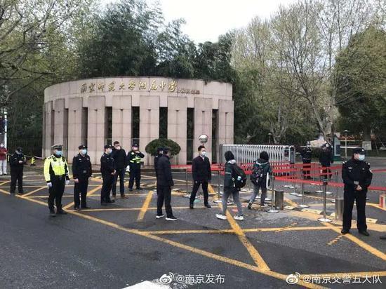 """护学模式""""已开启。图据@南京交警五大队"""