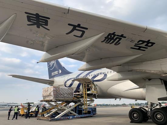 """运输18吨""""健康包""""的包机从北京腾飞,飞往俄罗斯都城莫斯科。东航供图"""
