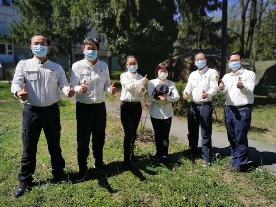▲4月12日,在塞尔维亚都城贝尔格莱德,中国赴塞尔维亚抗疫医疗专家构成员在驻地合影。新华社发(中国赴塞尔维亚抗疫医疗专家组供图)