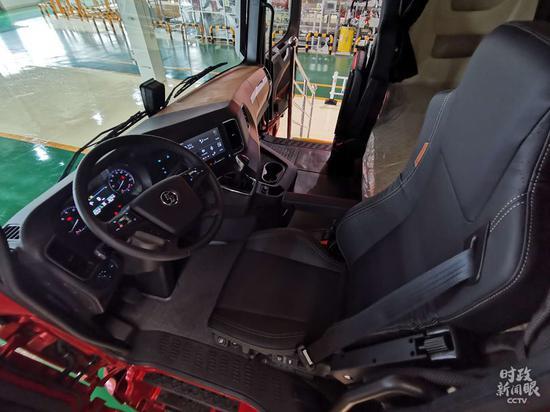 △这是总书记登上的德龙X6000牵引车。(总台央视记者彭汉明、黄京辉拍摄)