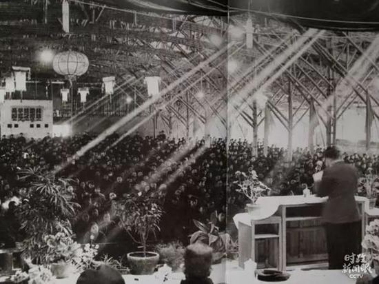 """△1957年,学校的大会堂还没有建成,学校请来工匠用竹子搭建了这座暂时""""草棚大会堂""""。在很长一段时候里,学校开大会、文艺表演、放影戏都在这里举行。"""