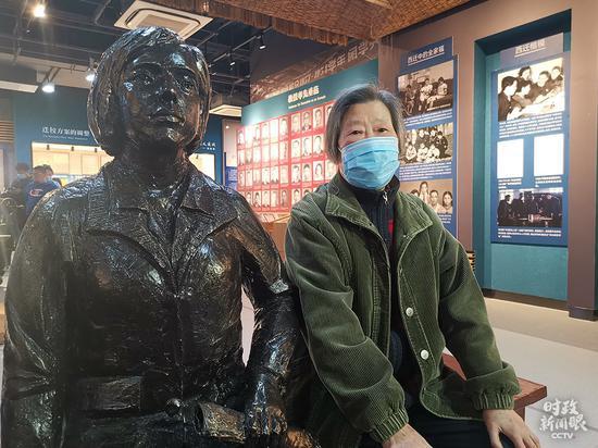 △这位精力矍铄的老传授叫胡奈赛,昔时西迁时,她只有22岁。交大西迁博物馆开放后,她不停有个心愿,想跟图左的雕塑合张影。由于雕塑的衣服是模仿西迁时她的衣服样式建造的,着实太有怀念意义。本日,她空想成真。(总台央视记者王晓东拍摄)