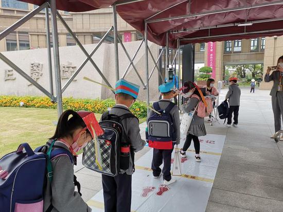 【摩天平台】刷屏杭州摩天平台小学生头戴一米帽上图片