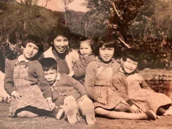 """马英九晒60年前姐弟5人与妈妈合照 自曝妈妈夸他""""不尿床""""图片"""