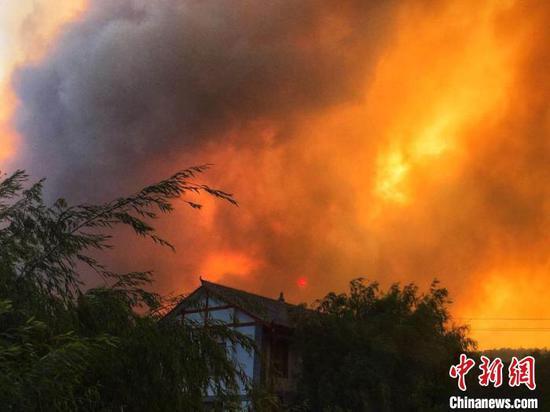 图为昆明市安宁市青龙街道发生森林火灾。云南森林消防总队供图