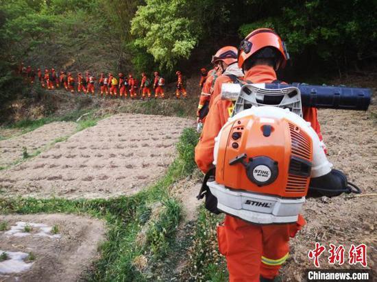 图为森林消防进入火场。云南森林消防总队供图