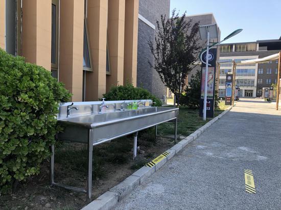 丰台二中为初三门生增添了两个室外洗手池。