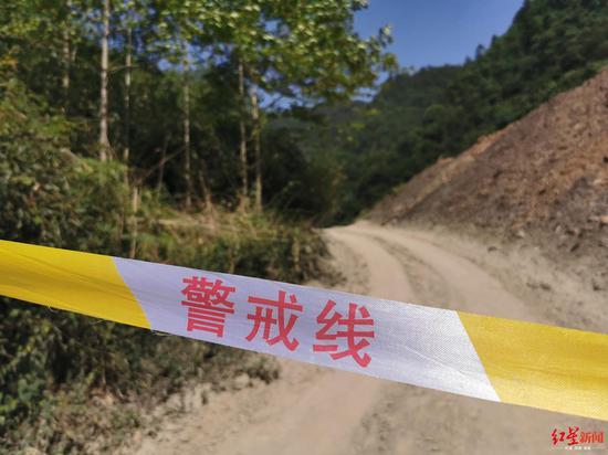 ↑进山的路口已经拉起了警戒线