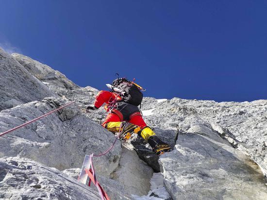 计划27日凌晨攻顶!测量登山队挺进海拔8300米图片
