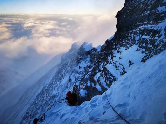 中国登山队再次登顶珠峰 给珠峰量身高背后的故事图片