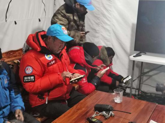 27日晨2:10 珠峰高程测量登山队开始冲顶!