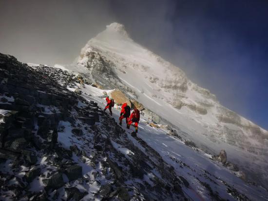 5月27日,2020珠峰高程丈量登山队正在向珠峰峰顶挺进。新华社特约记者 扎西次仁 摄