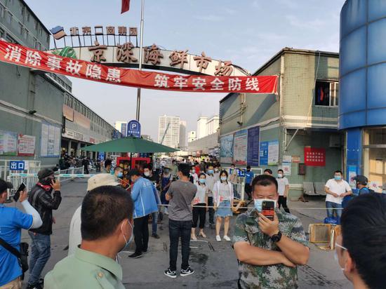 摩天开户:实地摩天开户探访京深海鲜市场出入口图片