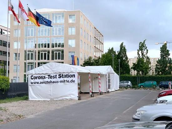 5月24日,柏林一家私人诊所在该市市中心一处停车场内设立的新冠抗体检测点。中新社记者 彭大伟 摄