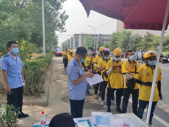 北京昌平对7431名外卖送餐小哥进行核酸检测图片