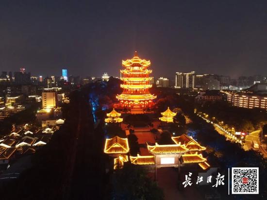 摩天娱乐:中华名楼同时亮灯致敬英摩天娱乐雄图片