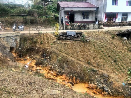 汉中市西乡县五影沟的一处磺水。