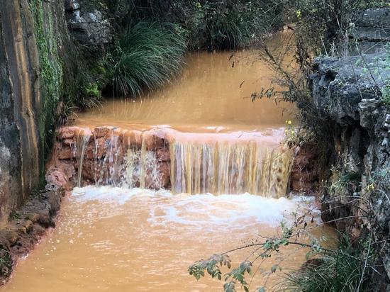 汉中市西乡县太友矿业旁泡桐沟里的磺水。