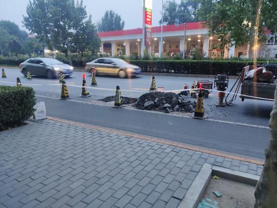 发北京姚家园路路面发生坍塌杏悦娱乐,杏悦娱乐图片