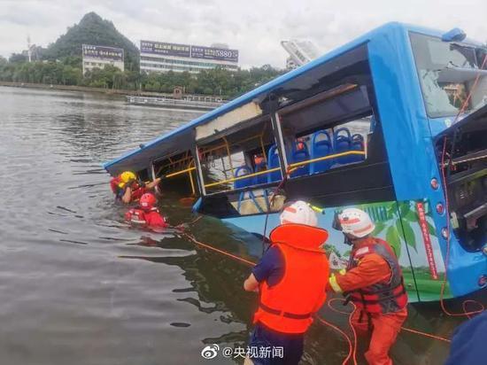 受省委书记委托,贵州省长赶赴公交坠湖现场图片