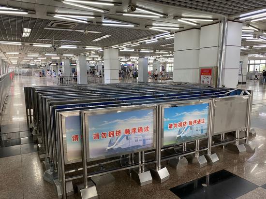 天富:京地铁更换软质导流围栏站外限流围栏仍天富图片