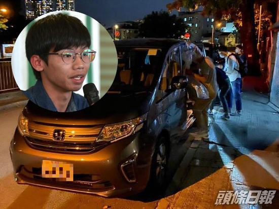 警方拘捕钟翰林,将其带上七座车。(图源:香港《头条日报》)