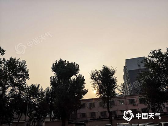 """今天早晨,北京闷热已""""上线""""。"""