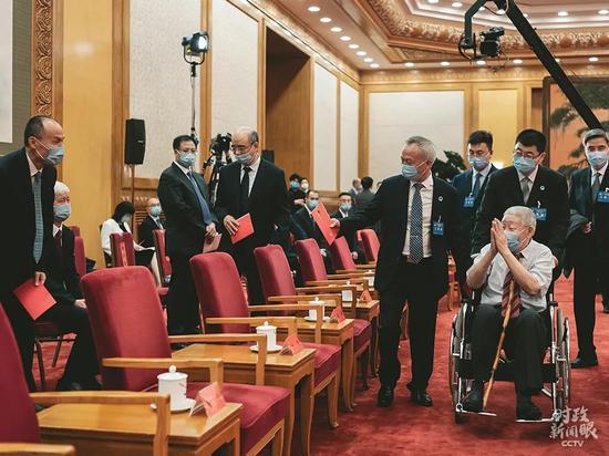 △孙家栋院士坐轮椅出席北斗系统开通仪式。(总台央视记者王哈男拍摄)