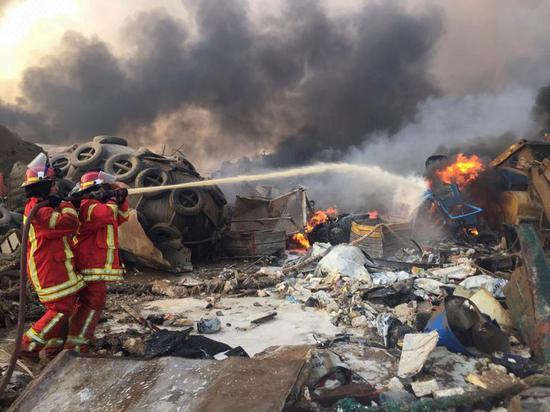 消防人员在爆炸现场进行救援。(图源:路透社)