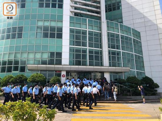 多量警员早上抵达壹传媒总部大年夜楼,進行查抄