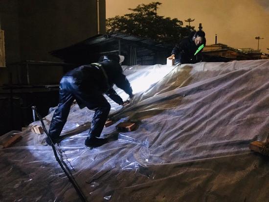 大雨中平房漏雨 抢修结束他们的衣服都湿透了