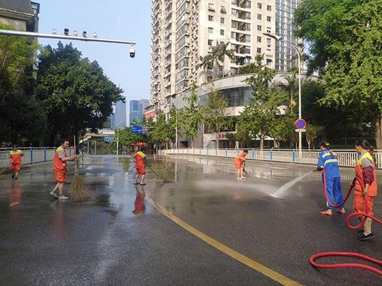 渝中区环卫工人在清淤。渝中区委宣传部供图